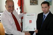 Milan Pavlík (vlevo) přebírá certifikát s hodnocením AAA od Martina Kuka z firmy Bisnode