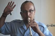 Petr Procházka nám ukázal, jak odpíská vždy rozjezd vlaku. Místo služební píšťalky posloužila zobcová flétna.