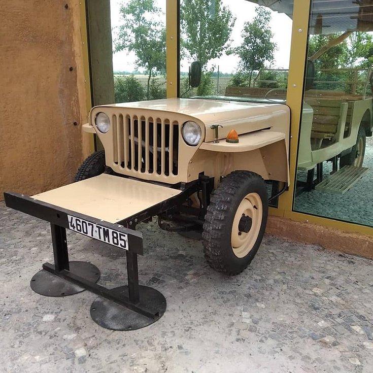 Speciální Jeep, který přední částí zasahuje do lvího výběhu.
