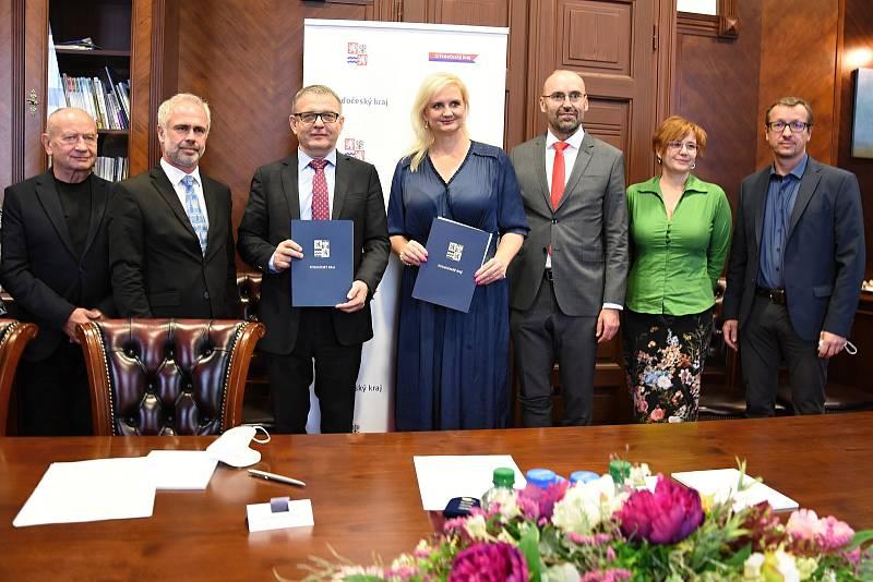 """Dokument """"Memorandum o spolupráci mezi Středočeským krajem a Ministerstvem kultury ČR za účelem zpřístupnění chaty Bohumila Hrabala v Kersku byl podepsán 13. října 2021."""