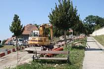 Při pracích v Zámecké ulici v Lysé nad Labem našli dělníci keramické kousky.