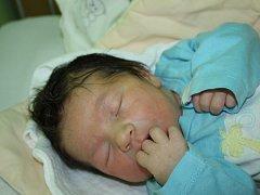 JANEK I JANEČEK. Janek  KOLÁŘ  přišel na svět 8. prosince 2015 v 8.16 hodin. Překvapení rodičů Ivany a Jakuba z Nymburka vážilo 4 080 g a měřilo 50 cm. Radost udělal Janek bráškovi Matějovi (6), přece jen kluk je kluk.