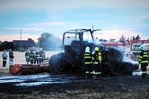 Traktor se strništěm chytly v Křečkově.