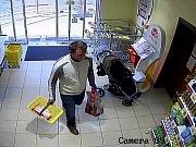 Muž, který zřejmě kradl v obchodě teta v Milovicích.
