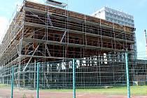 Práce na rekonstrukci nymburské sportovní haly Bios se po dvou letech opět rozjíždějí.