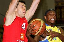 Košíkáři Nymburka vyhráli v Ústí nad Labem o třicet dva bodů. Osmi body přispěl k výhře i Petr Benda (vlevo)