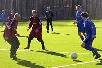 První zápas na kolínské umělé trávě fotbalisté Lysé (v červeném) vyhráli, ve druhém podlehli Ratboři hrající kolínský okresní přebor