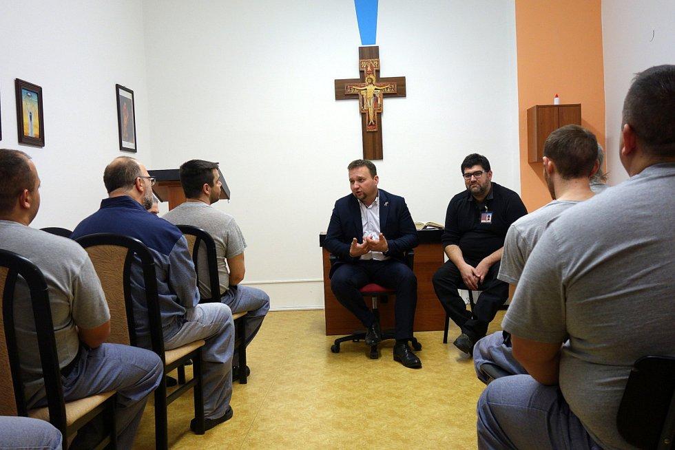 Poslanec Marian Jurečka na besedě s vězni v Jiřicích.