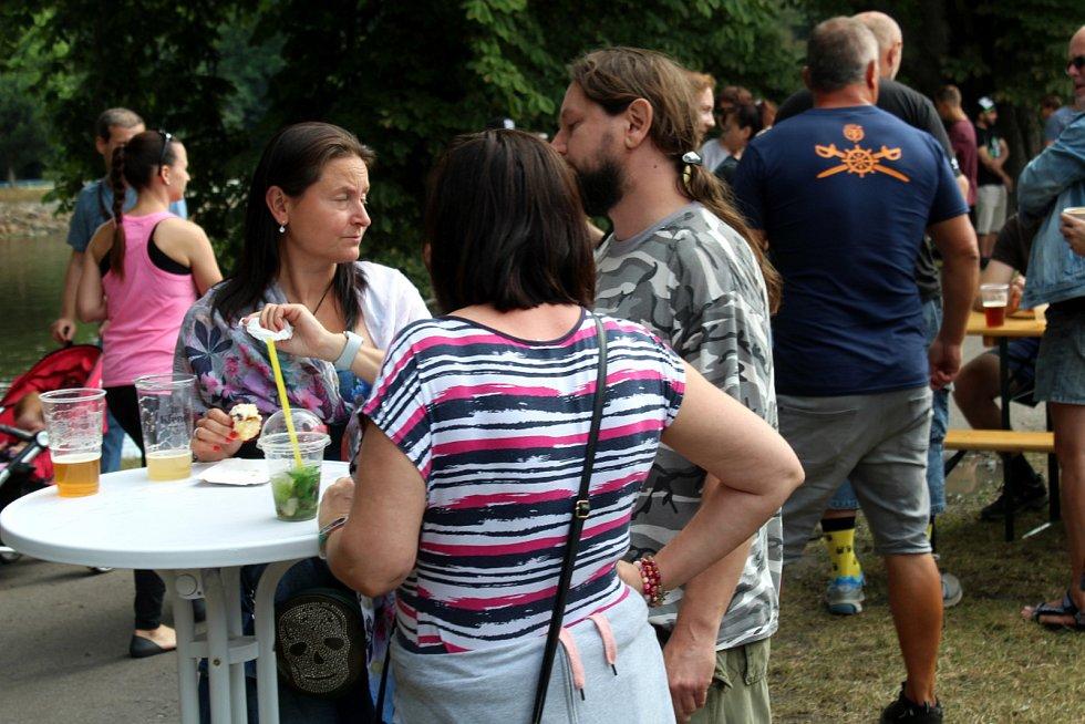 Stovky lidí ochutnávaly exotická jídla a piva z malých pivovarů.