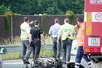 Smrtelná nehoda motorkáře na odbočce z obchvatu Nymburka na Kovanice.