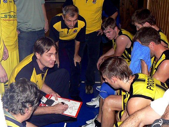 Basketbalisté Sadské drželi s Prostějovem krok třicet minut, pak ale prohráli.