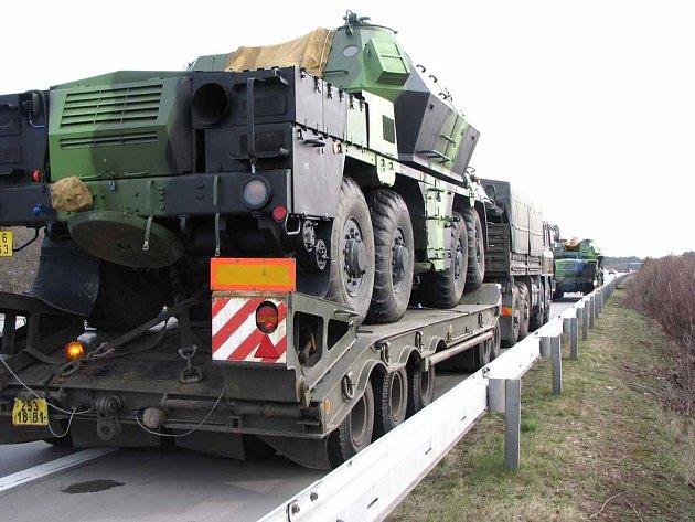 Na dálnici hořel vojenský transport