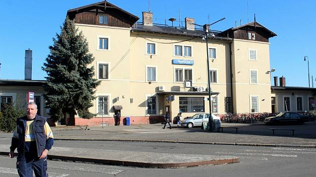 Historická budova nádraží v Nymburce.