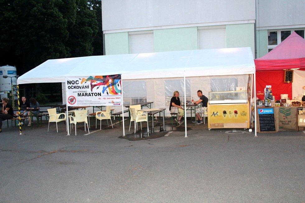 Příchozím byla k dispozici i kavárna s posezením.