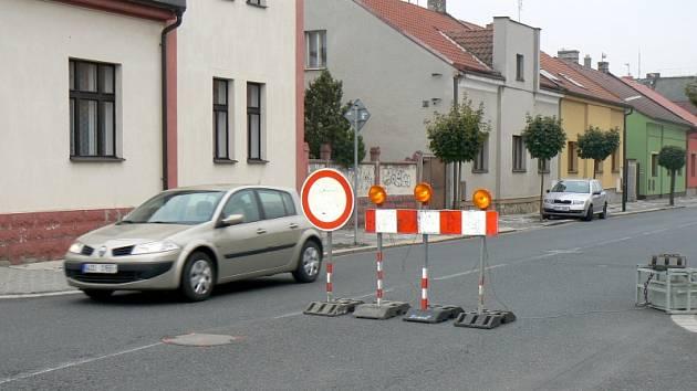 Zákazem v Purkyňově ulici projížděla v pondělí auta