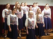 Adventní koncert pěveckého sboru Rolnička z Prahy zaplnil sál hospody U Sýkorů v Pňově.