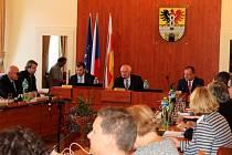 Na ustavující schůzi podepsali noví zastupitelé Poděbrad slib.