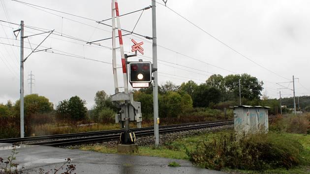 Železniční přejezd u Poděbradky mezi Nymburkem a Poděbrady.