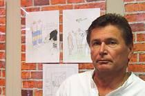 Karikaturista Tomáš Truneček při zahájení sví výstavy v Polabském muzeu.