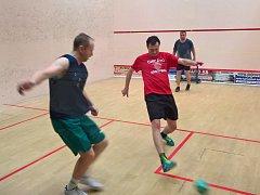 Petr Skryja (v červeném) vyhrál Sametový turnaj ve squashovém fotbale v Poděbradech.