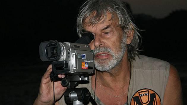 Záhadolog Ivan Mackerle za kamerou.