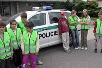 Akci s názvem Jezdíme s úsměvem uspořádali nymburští policisté spolu se školáky z Loučeně.