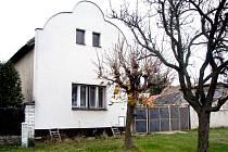 V tomto domě žije rodina, které policie odebrala tři děti kvůli týrání.
