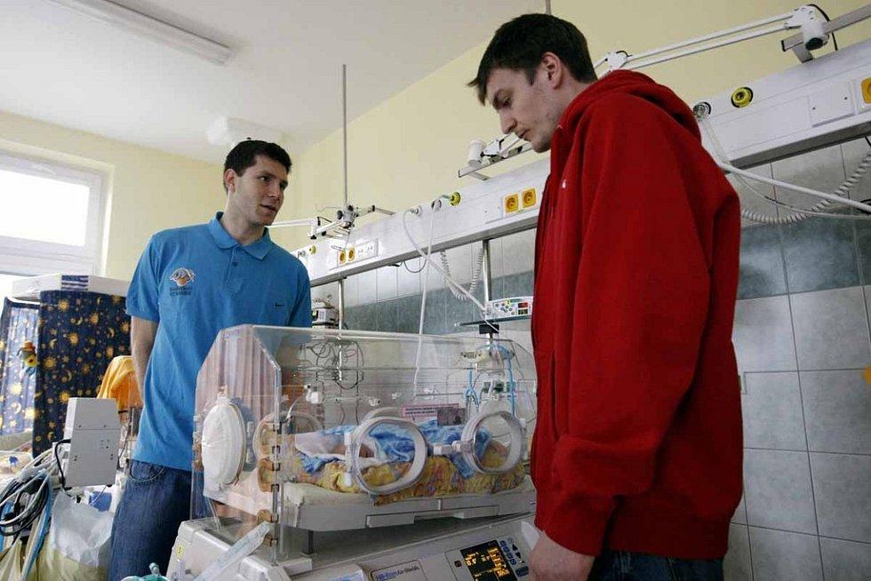 Nymburští basketbalisté navštívili pardubickou nemocnici.