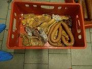 V chladírně masných výrobků byly skladovány potraviny s prošlým datem použitelnosti, další byly oschlé, poškozené od hlodavců, deformované a znečištěné. Navíc zde byly i potraviny neznámého původu.