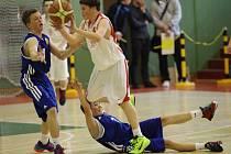 NEZTRATILI SE. Mladí košíkáři Nymburka (v bílém) kategorie U14 obsadili na šampionátu šestou příčku