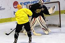 POPRVÉ NA LEDĚ. Hokejisté Nymburka už trénují na ledě. Zatím nabírají fyzickou kondici, herní část je čeká