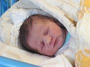 SAMUEL Panoš se narodil ve čtvrtek 7. prosince 2017 v 11.11 hodin s mírami 51 cm a 3 630 g. Prvorozený bydlí s rodiči Jakubem Panošem a Lucií Frantovou v Milovicích.