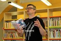 Na autorské čtení Jaroslava Rudiše do nymburské knihovny zavítaly desítky lidí.