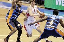 TAHOUN. Odvážnými průniky pod soupeřův koš je nymburský basketbalista Pavel Pumprla známý. Tahle si počínal i v zápase Eurocupu  s francouzským týmem Gravelines
