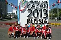 CELÁ NYMBURSKÁ VÝPRAVA. Zleva: Pavel Davídek, Dan Drahokoupil, Radek Miškovský, trenér Josef Fuksa, Jaroslav Radoň, Vojtěch Ruso