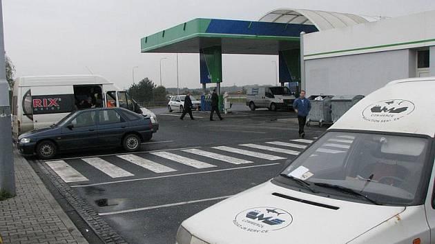 Benzinka, u které byl v autě nalezen mrtvý muž