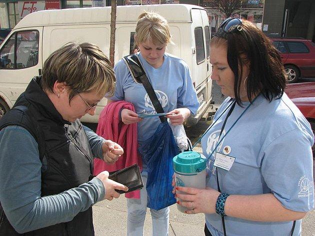 Dívky vybírají do sbírky organizace Adra