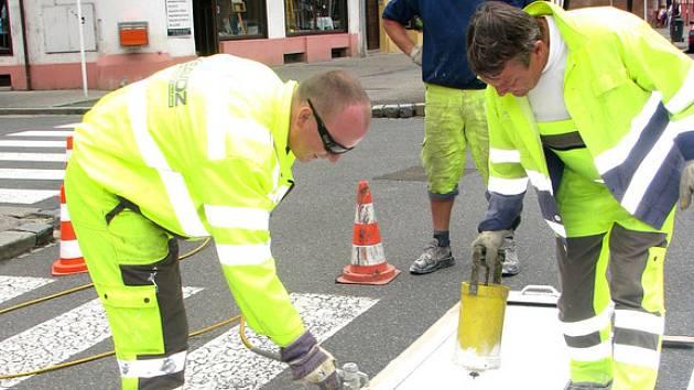 V Nymburce dělníci opravují přechody pro chodce