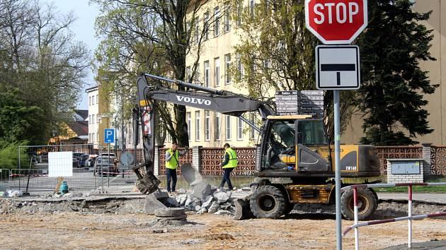 Na křižovatce Boleslavské třídy a Velkých Valů by se opět měly práce rozběhnout naplno.