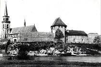 Historický snímek části hradeb s kostelem svatého Jiljí v levé části. Břeh zdaleka nebyl tak zkultivován, jako dnes.