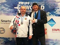 ÚSPĚCH. Pavol Demčák (vlevo) ze Sokola Nymburk získal na mistrovství světa v benčpresu stříbrnou medaili. Na fotografii s americkým komentátorem této soutěže.