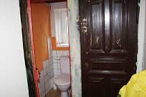 Město Sadská opraví dům čp. 78, ve kterém lidé měli ještě záchod na chodbě a topili v kamnech.