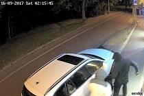 Snímky z kamerových záznamů, na nichž jsou muži vykrádající auto v Poděbradech.