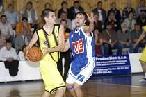 Košíkáři Sadské (hrají ve žlutém) skončili na turnaji v Trutnově na druhé pozici