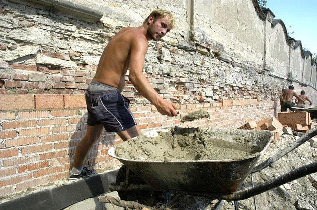 V Lysé nad Labem opravují zámeckou zeď.
