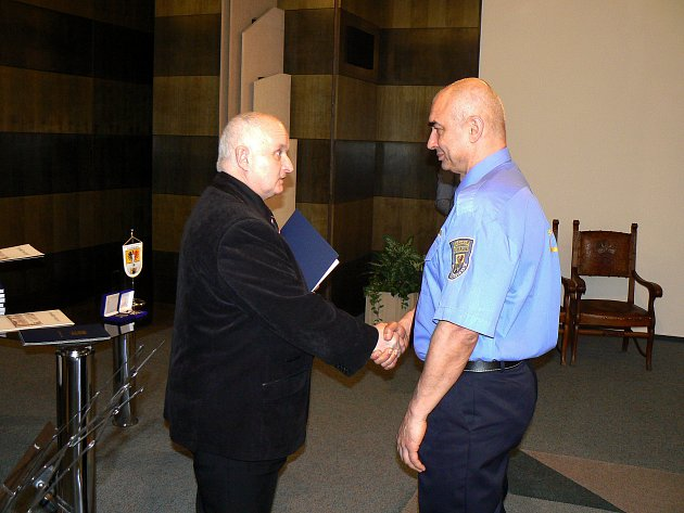 Starosta Ladislav Langr (vlevo) a strážník Roman Doležal, který získal medaili za 20 let služby u městské policie.