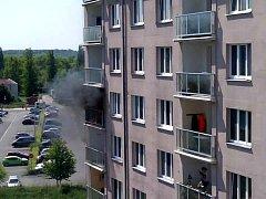 V Milovicích chytil balkon od hořícího nedopalku.