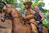 Dubový jezdec na koni se rozjede směr Erbenova stezka