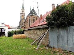 Opěrná zeď je na několika místech zborcená, jinde je podepřená trámy. Rekonstrukce už je nutná.