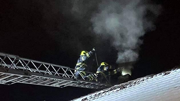 Hasiči zasahovali ve středu večer u požáru v komínu rodinného domu.